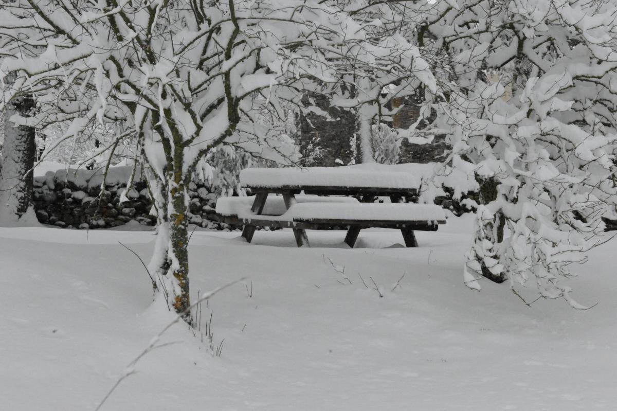 Banc et table ferme auberge le gazy sous la neige